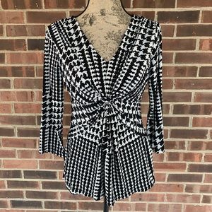Like new Daisy Fuentes knotted top
